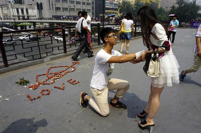 小伙用荔枝求婚遭拒 女孩称其太幼稚转身离去