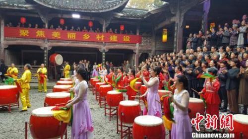 资料图:村民载歌载舞。潘沁文 摄